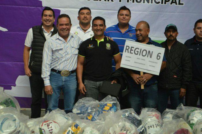 Directores de deporte rural posan con los paquetes enviados por la CONADE.