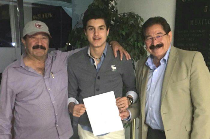 Pedro Aroche, entrenador; Carlos Emiliano Mercenario, atleta, y Raúl González Rodríguez.